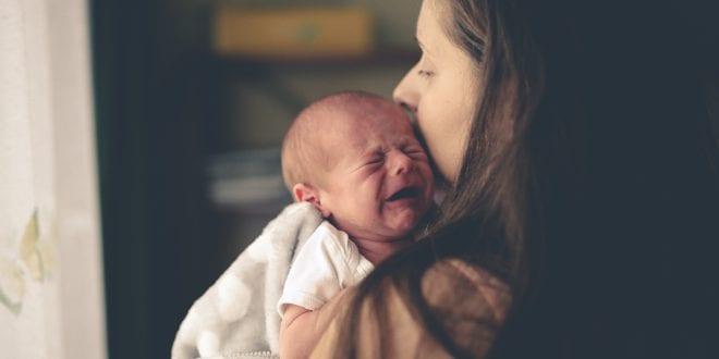 Schreiendes-Baby-mit-Mutter
