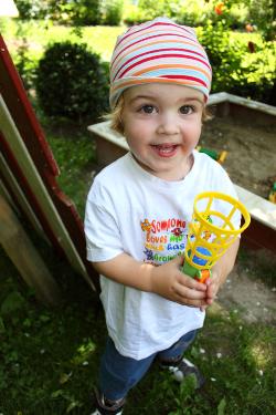 Kind mit Fangbecherspiel
