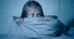 Mädchen hat Angst in der Dunkelheit