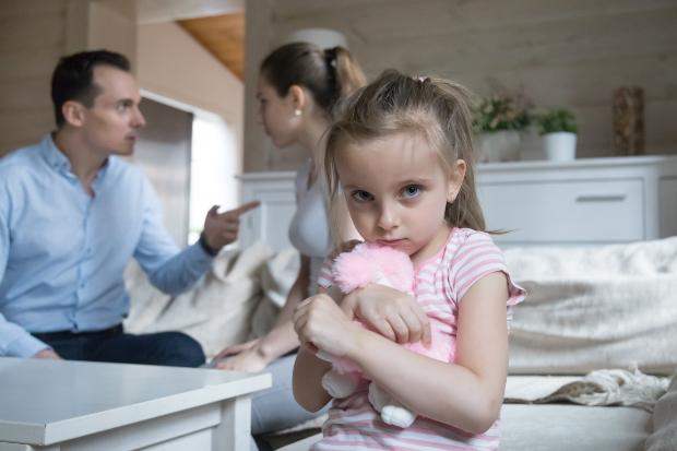 Mädchen hat Angst weil die Eltern streiten